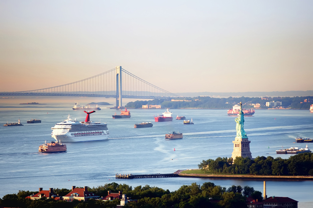 New Yorks harbor